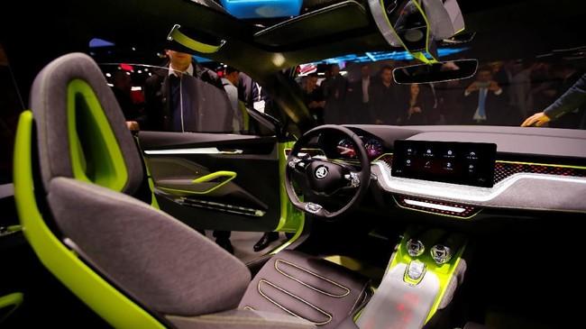 Skoda Vision X menyuguhkan warna hijau di bagian luar dan dalam sekaligus ciri khas mobil ramah lingkungan. Pabrikan berencana menyematkan mesin berbahan bahan CNG. (REUTERS/Denis Balibouse)