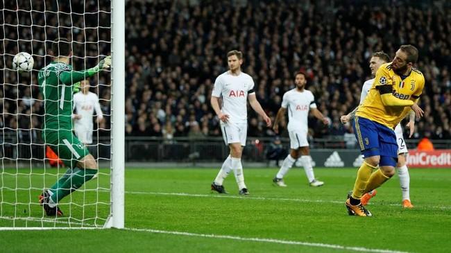 Di babak kedua Juventus tetap di bawah tekanan Tottenham Hotspur sebelum Gonzalo Higuain mencetak gol pada menit ke-64 menerima umpan sundulan Sami Khedira. (Reuters/John Sibley)