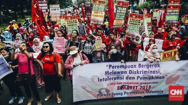 Sejumlah perempuan menggelar aksi memperingati Hari Perempuan Internasional yang jatuh hari ini, Kamis 8 Maret 2018. Aksi itu digelardi depan Istana Merdeka, Jakarta.
