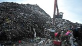 Petugas mengoperasikan alat berat untuk memindahkan sampah di Tempat Pembuangan Akhir Sampah Sukawinatan, Palembang, 7 Maret 2018. Dinas Lingkungan Hidup dan Kebersihan Kota Palembang mencatat jumlah sampah yang diangkut dari seluruh TPS meningkat menjadi 1.200 ton pada hari libur. (ANTARA FOTO/Feny Selly)