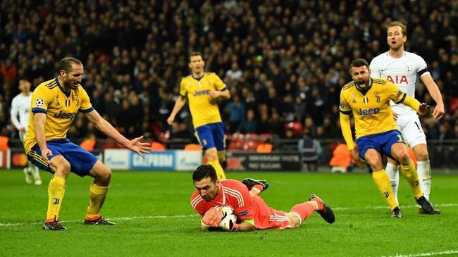 Ketangguhan lini pertahanan Juventus akhirnya membuat Tottenham Hotspur kalah 1-2. Permainan apik Gianluigi Buffon, Giorgio Chiellini, dan Andrea Barzagli di lini belakang membuat Tottenham frustrasi. (REUTERS/Dylan Martinez)