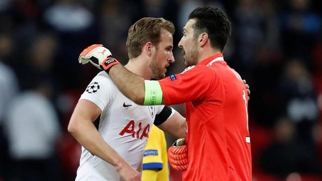 Kapten Juventus Gianluigi Buffon menghibur penyerang Tottenham Harry Kane usai pertandingan. (REUTERS/Eddie Keogh)