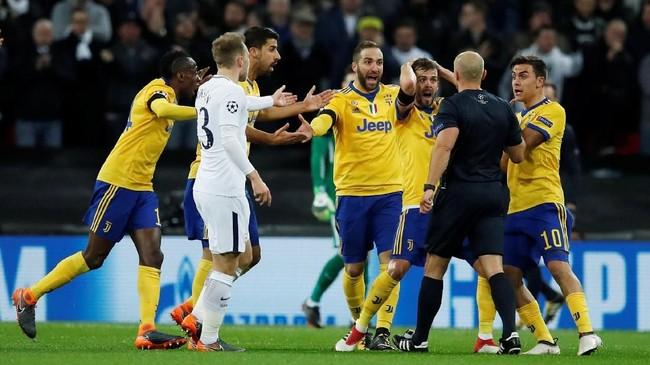 Para pemain Juventus melakukan protes kepada wasit Szymon Marciniak setelah sang wasit tidak memberi tim tamu tendangan penalti ketika Douglas Costa dijatuhkan Jan Vertonghen di babak pertama. (REUTERS/Eddie Keogh)