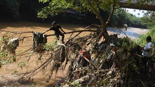 Relawan membersihkan sampah yang tersangkut di bantaran Sungai Ciliwung, Depok, Jawa Barat, 25 Februari 2018. Kegiatan yang diselenggarakan Komunitas Ciliwung Depok bersama para pegiat lingkungan tersebut dilakukan untuk meningkatkan kesadaran masyarakat dalam menjaga Sungai Ciliwung. (ANTARA FOTO/Indrianto Eko Suwarso)