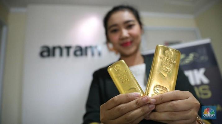 Penguatan emas seiring dengan penguatan dolar AS terhadap rupiah dan beberapa mata uang Asia sejak awal perdagangan hari ini