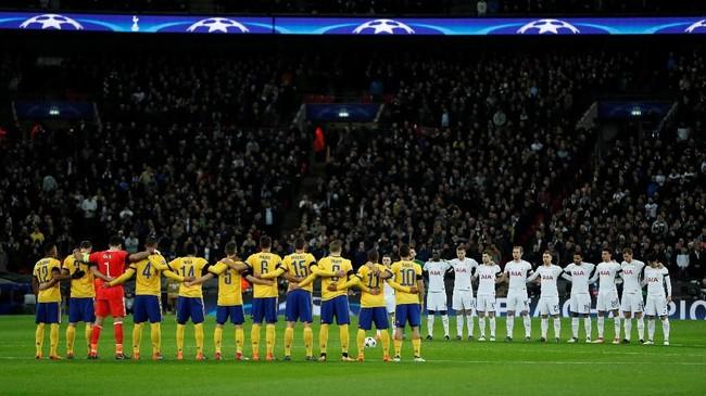 Para pemain Tottenham Hotspur dan Juventus mengheningkan cipta sebelum pertandingan di Stadion Wembley, Rabu (7/3), untuk mengenang mendiang kapten Fiorentina Davide Astori yang meninggalkan akhir pekan lalu. (Reuters/John Sibley)