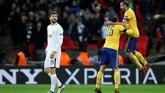 Giorgio Chiellini dan Andrea Barzagli melakukan selebrasi di dekat penyerang Tottenham yang juga mantan pemain Juventus, Fernando Llorente. (REUTERS/Eddie Keogh)