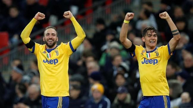 Dua penentu kemenangan Juventus Paulo Dybala dan Gonzalo Higuain merayakan sukses menyingkirkan Tottenham Hotspur. (REUTERS/Eddie Keogh)