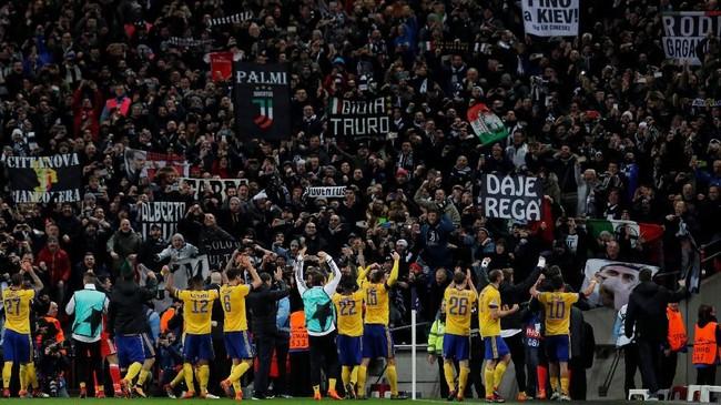 Para pemain Juventus merayakan kemenangan dengan para pendukung yang hadir di Stadion Wembley. Juventus merupakan dua kali finalis Liga Champions dalam tiga tahun terakhir. (Reuters/Andrew Couldridge)