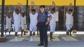 Nicol Gomez (37) menjalani profesi yang tak 'menakutkan' bagi sebagian orang. Dia adalah seorang penjaga La Esperanza. Dia menjadi sipir penjara yang bertugas menjaga tahanan, termasuk untuk menjaga mereka saat berolahraga. (AFP PHOTO / MARVIN RECINOS)