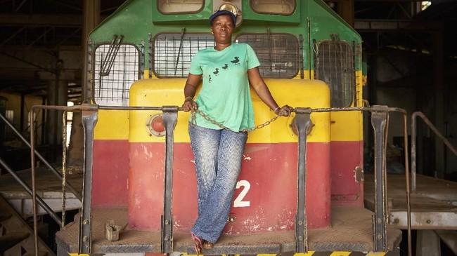 Di Mali, seorang perempuan juga bisa menjadi masinis. Maimouna Keita (35) di Bamako, bertugas untuk menjalankan kereta sebagai angkutan publik. Posisi ini biasanya diisi oleh pria. (AFP PHOTO / Michele CATTANI)