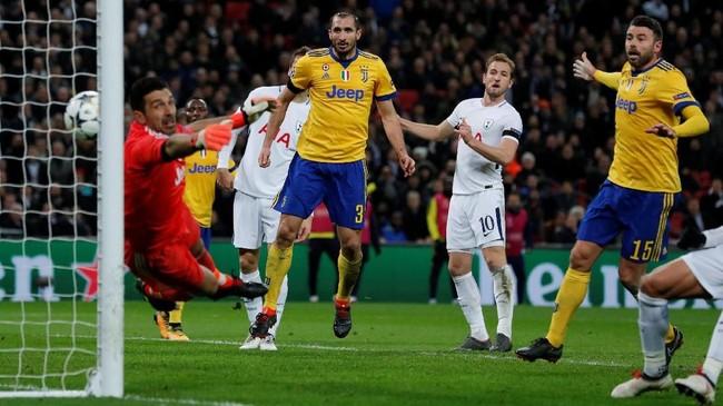 Tottenham terus menekan pertahanan Juventus di sisa pertandingan. Salah satu peluang emas yang didapat Tottenham ketika sundulan Harry Kane membentur tiang gawang di pengujung laga. (Reuters/Andrew Couldridge)