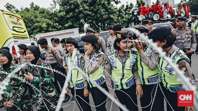 Aksi ratusan perempuan itu mendapat pengawalan dari aparat gabungan TNI dan Polri. Kedua institusi itumengerahkan personel wanita yang didukung oleh personel pria untuk mengamankan aksi tersebut.