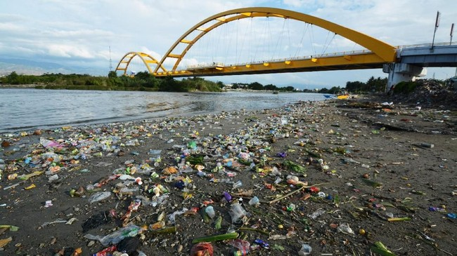 Sampah berserakan di muara sungai dekat Jembatan Kuning Kota Palu, Sulawesi Tengah, Jumat (9/2). Kurangnya kesadaran warga dalam membuang sampah menyebabkan kawasan wisata dan ikon Kota Palu itu menjadi jorok dan bau. (ANTARA FOTO/Basri Marzuki)
