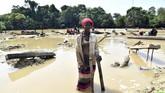 Seorang perempuan bernama Mariatu Bangura (30) dari Sierra Leon menjadi penambang emas. Dia tinggal di dekat Mekeni, bagian utara Sierra Leone. (AFP PHOTO / ISSOUF SANOGO)