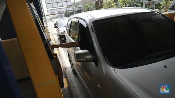 Pemerintah tengah membahas sejumlah mekanisme untuk menurunkan tarif jalan tol.