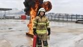 Devrim Ozdemir di Izmir berprofesi sebagai pemadam kebakaran. Dia sudah bekerja sebagai pemadam kebakaran selama 10 tahun. (AFP PHOTO / BULENT KILIC).