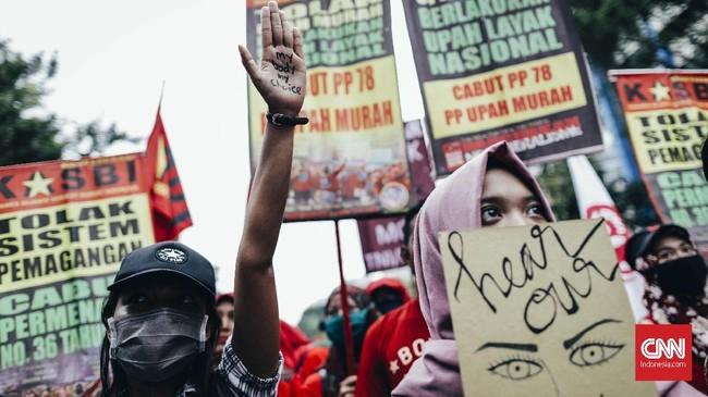 Kritik keras dalam aksi ini datang dari gerakan perempuan dari kalangan buruh. Saat aksi, massa dariGabungan Serikat Buruh Indonesia (GSBI) menyebut pemerintahan Jokowi belum mampu memenuhi hak-hakburuh perempuan. Mereka juga menyebut pemerintahan Jokowi antirakyat.