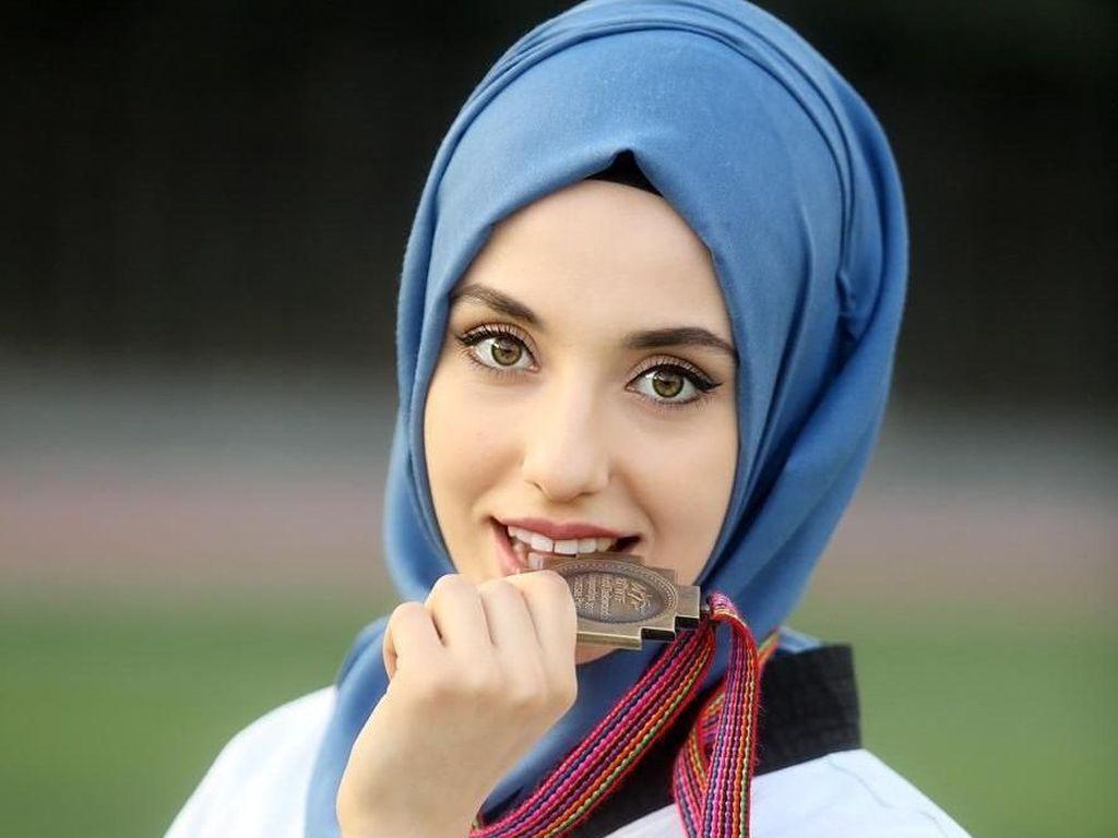 Pesona Kubra Dagli, Hijabers Cantik Peraih Medali Emas di Taekwondo Dunia