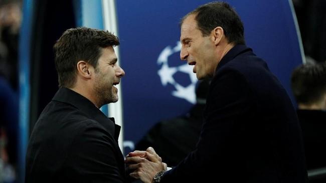 Manajer Tottenham Mauricio Pochettino bersalaman dengan pelatih Juventus Massimiliano Allegri sebelum pertandingan di Stadion Wembley. (Reuters/John Sibley)