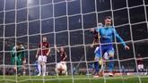 Keunggulan Arsenal bertambah saat injury time babak kedua melalui gol Aaron Ramsey yang menerima assist dari Mesut Oezil. (REUTERS/Alberto Lingria)