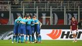 Para pemain Arsenal merayakan gol pertama pada menit ke-15 melalui Henrikh Mkhitaryan. Tendangan Mkhitaryan mengenai Leonardo Bonucci sebelum mengecoh kiper Gianluigi Donnarumma. (REUTERS/Alessandro Bianchi)