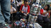 Sejumlah anggota komunitas membuat 'Eco Brick' dari bahan sampah plastik saat kampanye bahaya sampah plastik di Surabaya, Jawa Timur, 4 Maret 2018. Kegiatan itu untuk mengedukasi masyarakat memanfaatkan sampah plastik menjadi barang yang berguna. (ANTARA FOTO/Didik Suhartono)