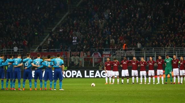 Para pemain AC Milan dan Arsenal mengheningkan cipta sebelum pertandingan di San Siro untuk mengenang kapten Fiorentina Davide Astori yang meninggal akhir pekan lalu. (REUTERS/Alessandro Bianchi)
