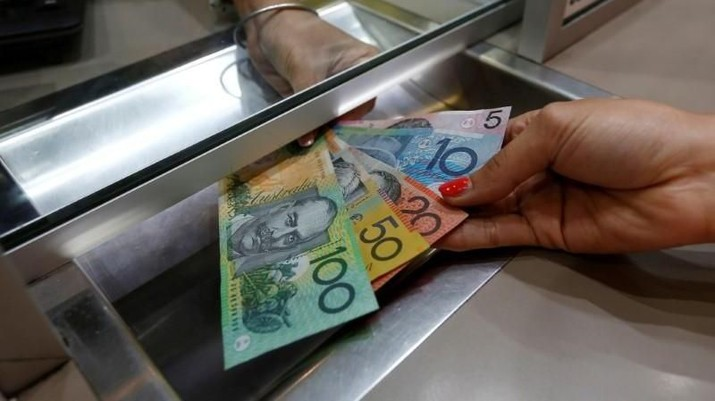 Rupiah melemah terhadap dolar Australia perdagangan menjelang siang hari ini didorong kenaikan harga komoditas andalan Australia.