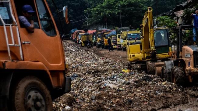 Antrean truk sebelum bongkar muat sampah di Tempat Pengolahan Akhir (TPA) Sarimukti di Cipatat, Bandung, 28 Februari 2018. Badan Pengolahan Sampah Regional (BPSR) Jawa Baratmendata sampah yang dibuang ke TPA ini bisa mencapai 1500 ton per hari. (ANTARA FOTO/Khairizal Maris)