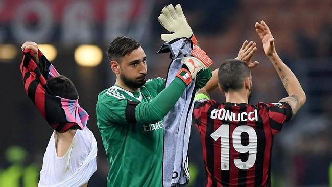 Para pemain AC Milan mengucapkan terima kasih kepada suporter setelah dikalahkan Arsenal. Pekan depan, 15 Maret, Milan akan bertandang ke markas Arsenal Stadion Emirates. (REUTERS/Alberto Lingria)