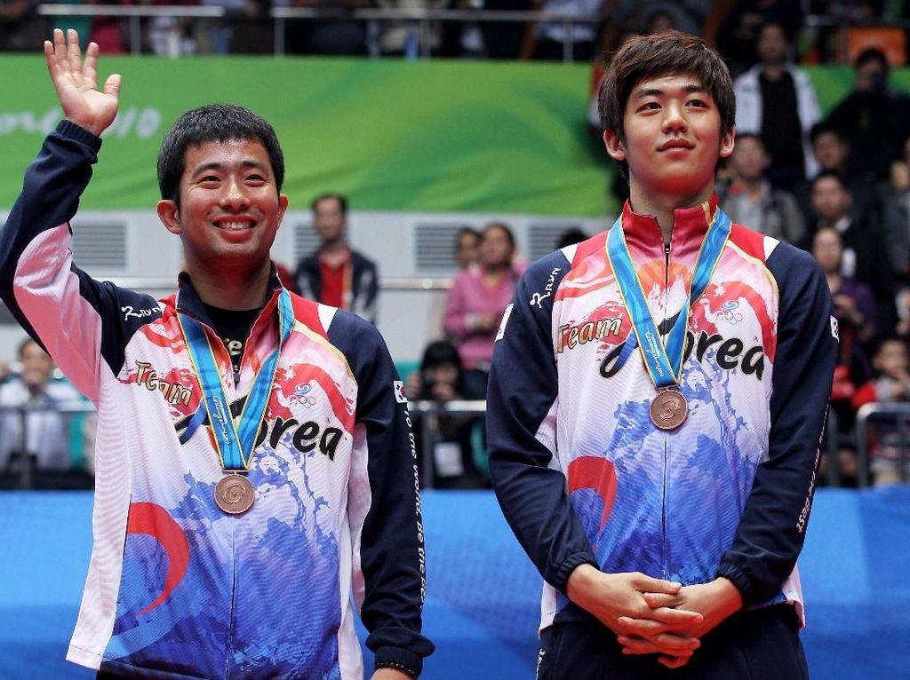 Juga bersama Lee Yong Dae, Jung Jae Sung naik podium pada tiga Kejuaraan Dunia. Mereka meraih perak dari Kejuaraan Dunia 2007 dan 2009 kemudian perunggu pada 2011.(Mark Dadswell/Getty Images)