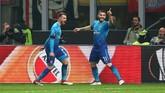 Gelandang Arsenal Aaron Ramsey merayakan gol ke gawang AC Milan melalui rekan setimnya, Sead Kolasinac (REUTERS/Alessandro Bianchi)