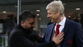 Pelatih AC Milan Gennaro Gattuso dan manajer Arsenal Arsene Wenger bersalaman dan berbicara singkat sebelum pertandingan. (REUTERS/Alessandro Bianchi)