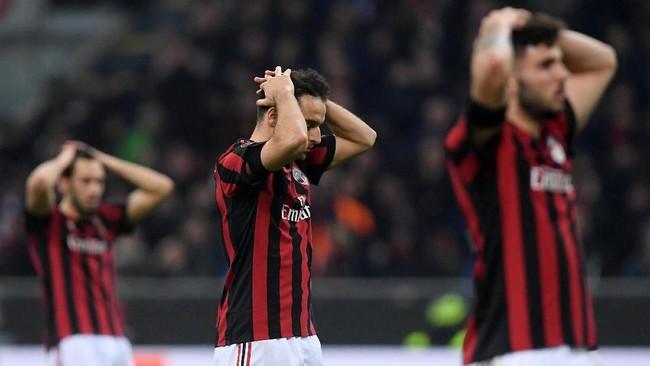 Tiga pemain AC Milan Hakan Calhanoglu, Giacomo Bonaventura dan Patrick Cutrone terlihat kecewa. Kesigapan kiper David Ospina dan tungguhnya lini pertahanan Arsenal membuat Milan gagal mencetak gol hingga akhir laga. (REUTERS/Alberto Lingria)