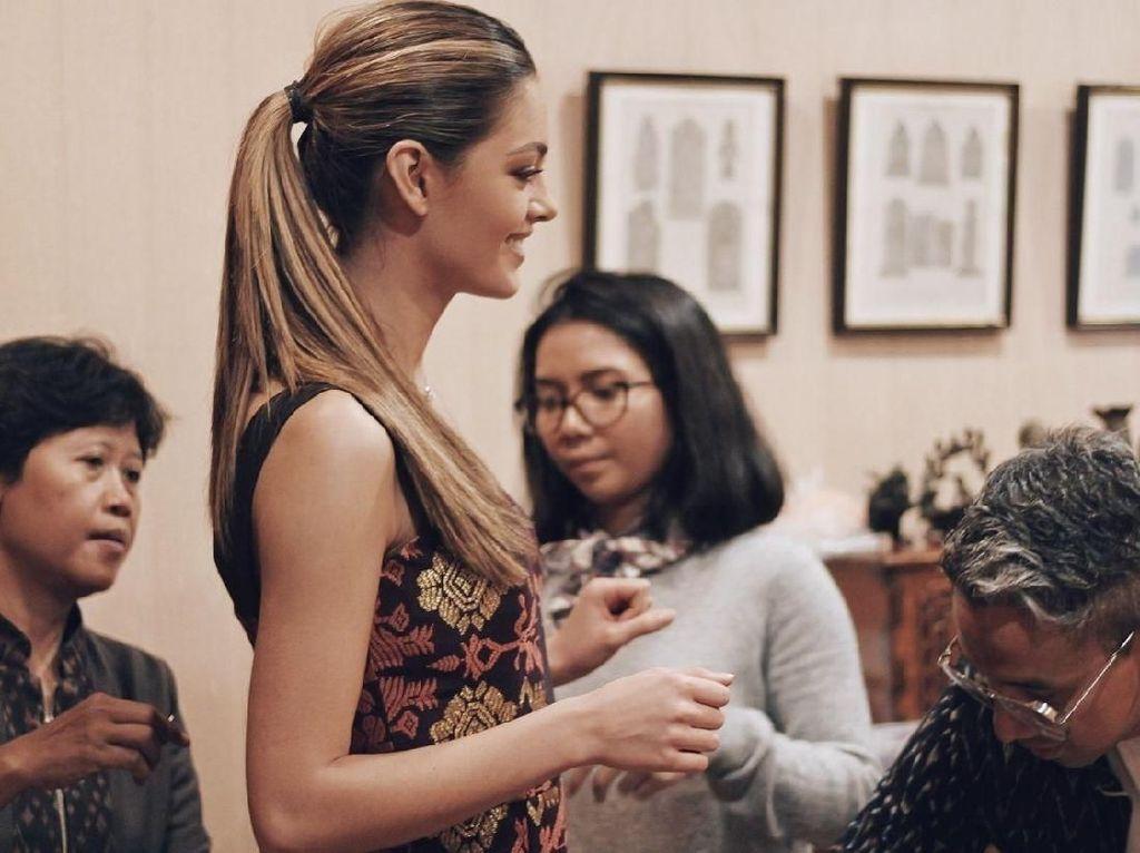 Foto: Cantiknya Miss Universe 2017 Pakai Songket Bali IKAT Indonesia