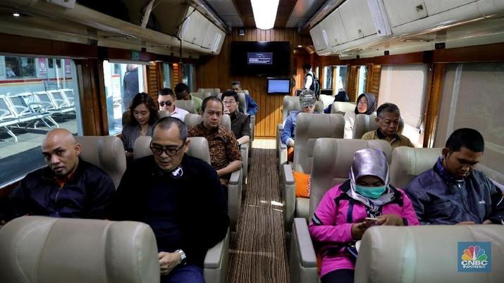 Penumpang menaiki kereta api Argo Parahyangan kelas priority menuju Bandung di Stasiun Gambir, Jakarta Pusat, Jumat (9/3/2018).  (CNBC Indonesia/Andrean Kristianto)