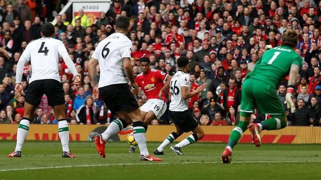 Marcus Rashford mencetak gol keduanya pada menit ke-24 setelah bola sundulan Romelu Lukaku yang mengarah ke Juan Mata gagal dibuang dengan sempurna oleh Virgil van Dijk. (REUTERS/Andrew Yates)