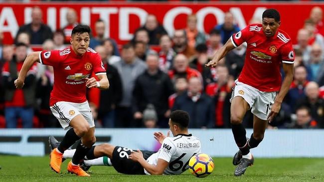 Skor 2-0 untuk Manchester United bertahan hingga akhir babak pertama. Dua pemain Manchester United Alexis Sanchez dan Marcus Rashford sukses mengeksploitasi kurang berpengalamannya bek muda Liverpool Trent Alexander-Arnold di babak pertama. (Reuters/Jason Cairnduff)