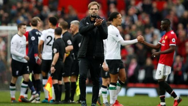 Manajer Liverpool Juergen Klopp memberi ucapan terima kasih kepada suporter The Reds usai timnya kalah dari Manchester United. Liverpool kini tertinggal lima poin dari Manchester United dalam perebutan posisi dua klasemen Liga Inggris. (REUTERS/Andrew Yates)