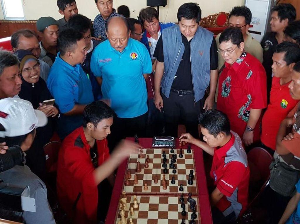 Mereka berbincang dengan para pecatur saat membuka acara Turnamen catur cepat terbuka nasional piala bupati Majalengka di Majalengka, Sabtu (10/3/2018). Foto: dok. Maruarar Sirait