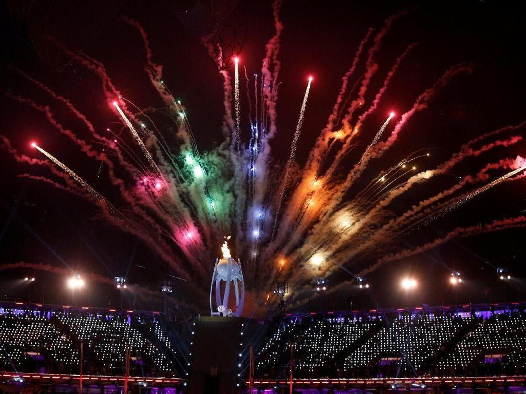 Kembang api warna-warni meramaikan pembukaan Paralympic Winter Games 2018 di Pyeongchang Olympic Stadium Korsel, Jumat (9/3) waktu setempat. REUTERS/Paul Hanna.