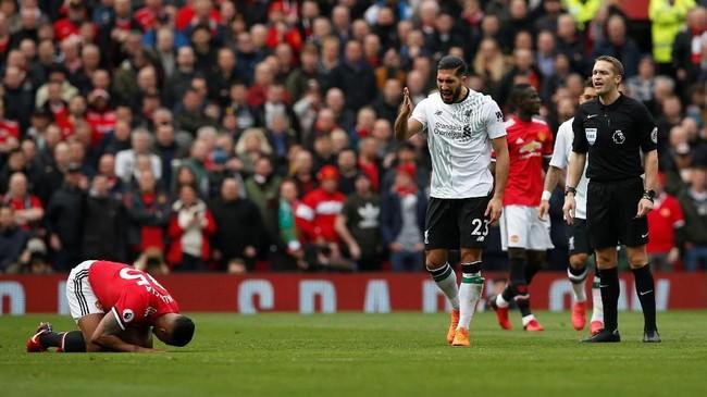 Pemain Liverpool Emre Can kesal terhadap pemain Manchester United Antonio Valencia yang dianggap melakukan diving. Liverpool sebenarnya mendominasi permainan di Stadion Old Trafford. (REUTERS/Andrew Yates)