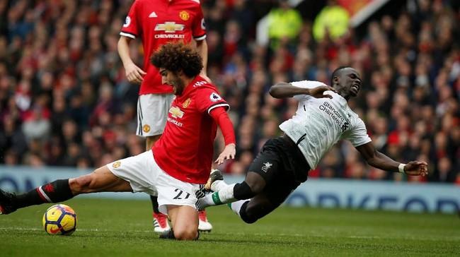 Para pemain Liverpool sempat melakukan protes ketika wasit Craig Pawson tidak memberi penalti saat Sadio Mane dijatuhkan gelandang Manchester United Marouane Fellaini. (REUTERS/Andrew Yates)