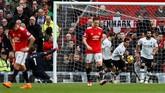 Pemain Liverpool Roberto Firmino dan Mohamed Salah merayakan gol. Gol bunuh diri Eric Bailly membangkitkan semangat Liverpool untuk mencetak gol kedua. (Reuters/Jason Cairnduff)