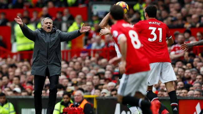 Manajer Manchester United Jose Mourinho memberi instruksi kepada para pemainnya. Skor 2-1 untuk Manchester United pun bertahan hingga laga usai. (Reuters/Jason Cairnduff)