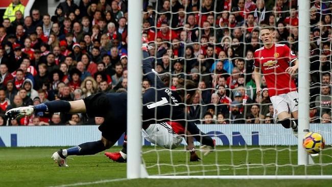 Liverpool akhirnya mencetak gol pada menit ke-66 setelah bek Manchester United Eric Bailly melakukan gol bunuh diri saat berupaya menghalau umpan silang Sadio Mane. (REUTERS/Andrew Yates)