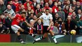 Marcus Rashford mencetak gol pertamanya ke gawang Liverpool pada menit ke-14 setelah menerima umpan sundulan Romelu Lukaku. (Reuters/Jason Cairnduff)