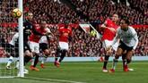 Bek Liverpool Virgil van Dijk membuang peluang untuk membobol gawang Manchester United setelah sundulannya menyamping dua menit sebelum Marcus Rashford mencetak gol. (Reuters/Jason Cairnduff)