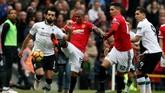 Liverpool gagal memanfaatkan waktu tersisa untuk mencetak gol penyeimbang. Winger Mohamed Salah yang sebelumnya tampil onfire gagal mengatasi penjagaan ketat Ashley Young yang menjadi bek kiri Manchester United. (REUTERS/Andrew Yates)